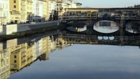 Ponte Vecchio en Florencia La cámara se mueve desde reflexiones en el río al puente metrajes