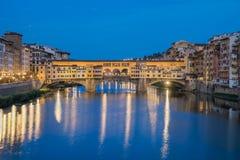 Ponte Vecchio et heure bleue Photos stock