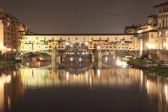 Ponte Vecchio a Firenze entro la notte Fotografia Stock