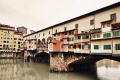 Ponte Vecchio, Florence med reflexioner i Arno River Arkivfoton