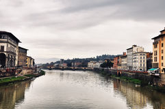 Ponte Vecchio, Florence med reflexioner i Arno River Royaltyfri Fotografi