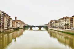 Ponte Vecchio, Florence med reflexioner i Arno River Arkivbilder
