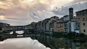 Ponte Vecchio gränsmärke på solnedgång, gammal bro, Arno flod i Florence italy tuscany Royaltyfri Fotografi