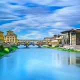 Ponte Vecchio gränsmärke på solnedgång, gammal bro, Arno flod i Florence. Tuscany Italien. Arkivfoton
