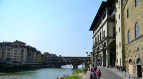 Ponte vecchio i en sommarmorgon i Florence Royaltyfri Bild
