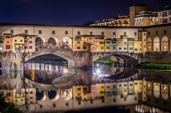 Ponte Vecchio i Florence vid den Arno floden på natten, Florence, Firenze, Italien royaltyfria foton