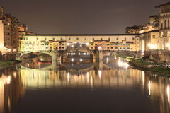 Ponte Vecchio i Florence vid natt Arkivbild