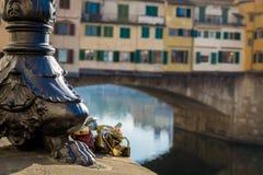 Ponte Vecchio med förälskelselås, Florence Italy Royaltyfri Fotografi
