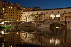 Ponte Vecchio nachts. Lizenzfreie Stockfotografie