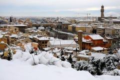 Ponte Vecchio o puente viejo Florence Italy con el panorama Toscana de la nieve Imagen de archivo