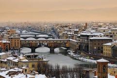 Ponte Vecchio o puente viejo Florence Italy con el panorama Toscana de la nieve Fotografía de archivo libre de regalías