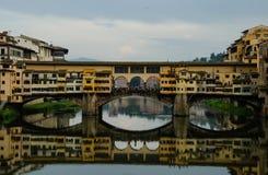Ponte Vecchio odbijał w rzecznym Arno, Florencja, Włochy Obraz Stock