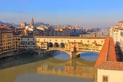 Ponte Vecchio over Arno River en de Vasari-Gang in Florence Stock Fotografie