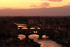 Ponte Vecchio over Arno-rivier in Florence, nachtmening Toscanië stock foto