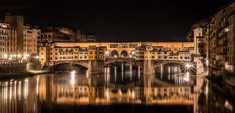 Ponte Vecchio på natten Royaltyfria Bilder