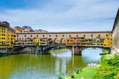 Ponte Vecchio, ponte di pietra medievale dell'arco sopra Arno River e con molti piccoli negozi lungo, Firenze, Toscana fotografie stock libere da diritti