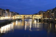 Ponte Vecchio (puente viejo) de Firenze, Italia - escena de la noche fotografía de archivo libre de regalías