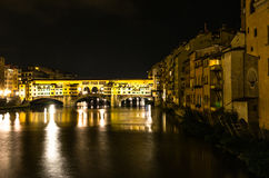 Ponte Vecchio su Arno River di notte Fotografie Stock Libere da Diritti