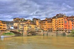 Ponte Vecchio und Florenz-Flussufer Stockbilder