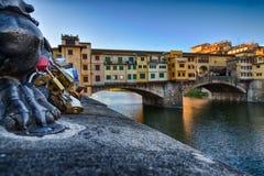 Ponte Vecchio vattenkastare i Florence Italy Arkivbild