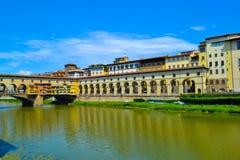 Ponte Vecchio Vecchio桥梁通过亚诺河河,在佛罗伦萨, 图库摄影