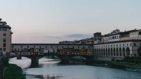 A ponte Ponte Vecchioin em Florence Italy durante o nascer do sol do dia à noite - Tempo-lapso 4K video estoque