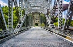 A ponte velha da estrada do moinho de papel sobre o Loch Raven Reservoir em Balt imagens de stock royalty free