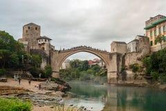 A ponte velha do local do patrimônio mundial da cidade de Mostar com esmeralda R Foto de Stock