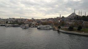 Ponte velha do rio da rua de Istambul foto de stock
