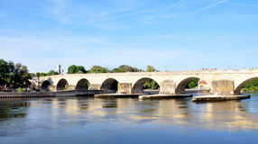 Ponte velha em Regensburg, Alemanha Imagens de Stock