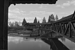 Ponte velha no branco e no preto Fotografia de Stock