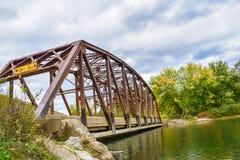 Ponte velha no outono imagens de stock