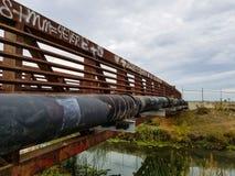 Ponte velha oxidada sobre uma angra Imagem de Stock