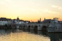 Ponte velha sobre o rio Mosa em Maastricht, Holanda, Europa Fotografia de Stock