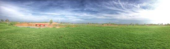 ponte verde blu del cielo della nuvola dell'erba Fotografie Stock