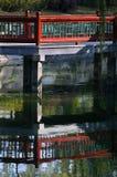 A ponte vermelha chinesa no parque Fotografia de Stock Royalty Free