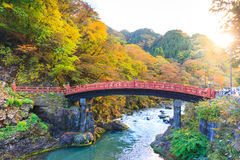 Ponte vermelha de Nikko Shinkyo na estação do outono imagens de stock royalty free