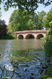 Ponte vermelha do palácio de Schönbusch foto de stock royalty free
