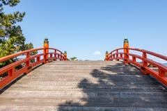 Ponte vermelha do santuário de Itsukushima imagem de stock