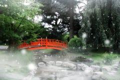 Ponte vermelha em um jardim japonês imagens de stock