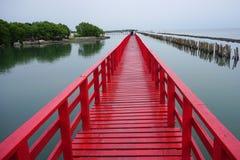 Ponte vermelha longa Samut Sakhon nas baías foto de stock