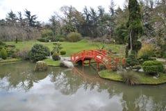 Ponte vermelha no jardim japonês em Toulouse Foto de Stock
