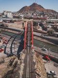 Ponte vermelha para trilhas do trem fotografia de stock royalty free