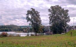 Ponte vicino ad un fiume fotografia stock libera da diritti