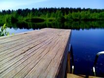 Ponte vicino al lago Fotografie Stock Libere da Diritti