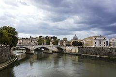 Ponte Vittorio Emanuele ΙΙ, άποψη στη γέφυρα πέρα από το Tiber στοκ φωτογραφία με δικαίωμα ελεύθερης χρήσης