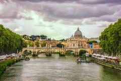 Ponte Vittorio Emanuele II, o rio de Tibre e a catedral de St Peter fotografia de stock