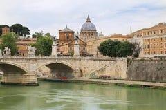 Ponte Vittorio Emauele II con la basílica del ` s de San Pedro en fondo imagen de archivo