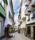 Pontedeume, Galizien/Spanien 29. Juli 2017 Schmale Steinstraße Stockbild
