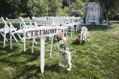 Ponteiro à cerimônia de casamento nas madeiras Fotos de Stock